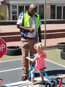 Die verkeersman leer ons padreels op ons fietsiebaan